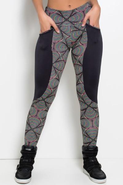 Calça Tamara Estampada com Detalhe Liso e Bolso (Preto com Ondulado Colorido / Preto) | Ref: KS-F244-002