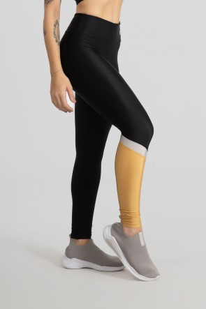 Calça Legging Tecido Platinado com Recorte Diagonal em uma Perna (Preto / Ouro / Prata) | Ref: GO474-A