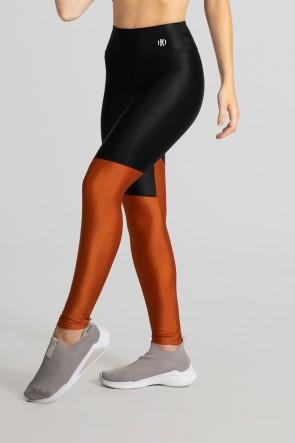 Calça Legging Tecido Platinado com Recorte em Diagonal (Preto / Bronze) | Ref: GO470-A